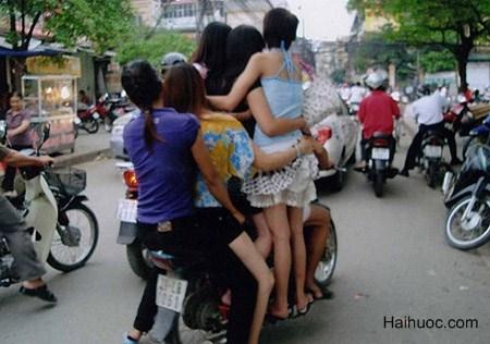 Các nàng trèo lên xe máy nhòm gì