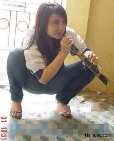 Girl xinh hút thuốc lào như ai